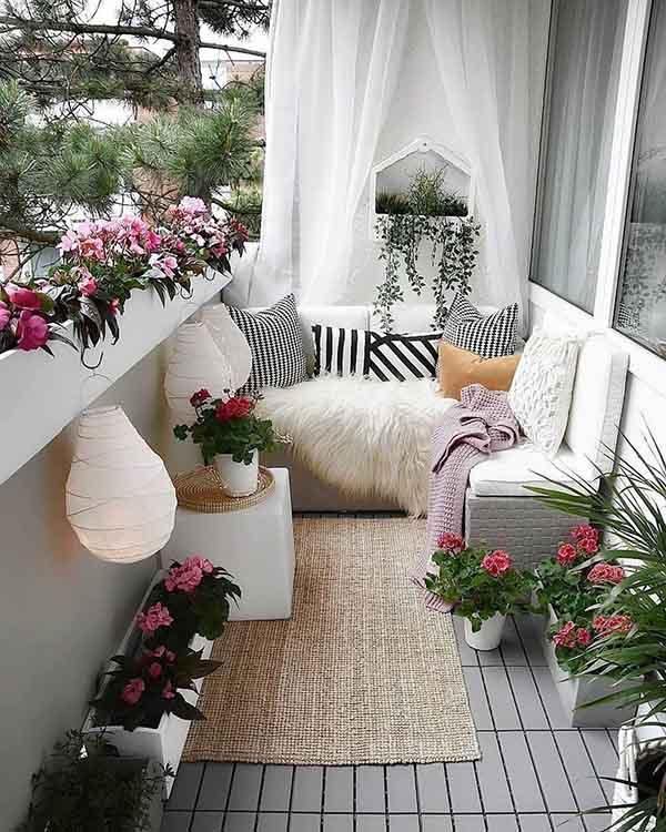 گلکاری در بالکن در گلدان های سفید