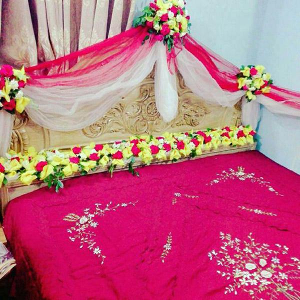 تزیین اتاق خواب عروس با تور و گل های طبیعی
