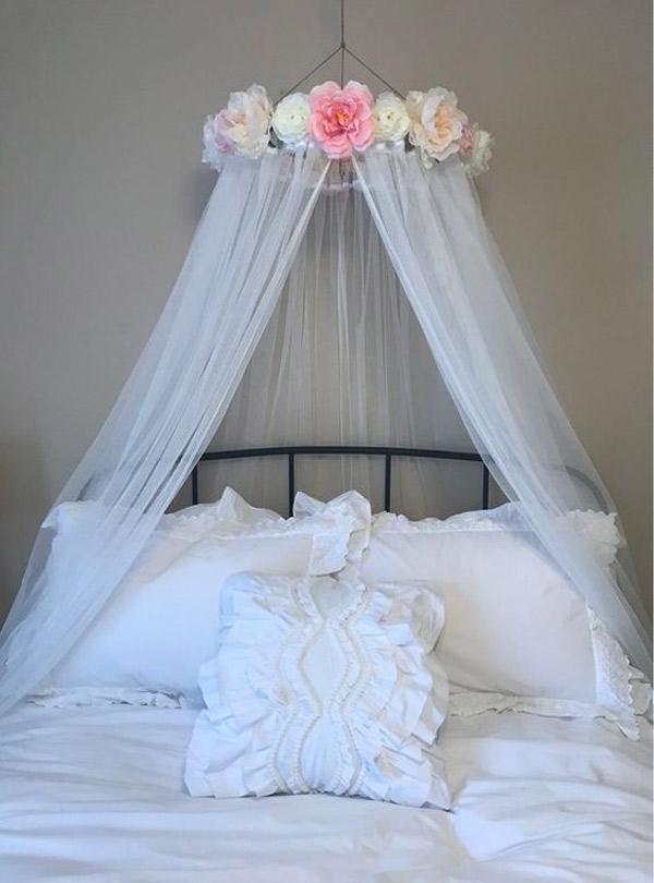 تزیین اتاق عروس و داماد با تور و گل های پارچه های