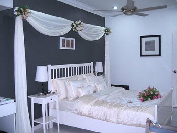 تزیین اتاق عروس با تور و گل های طبیعی