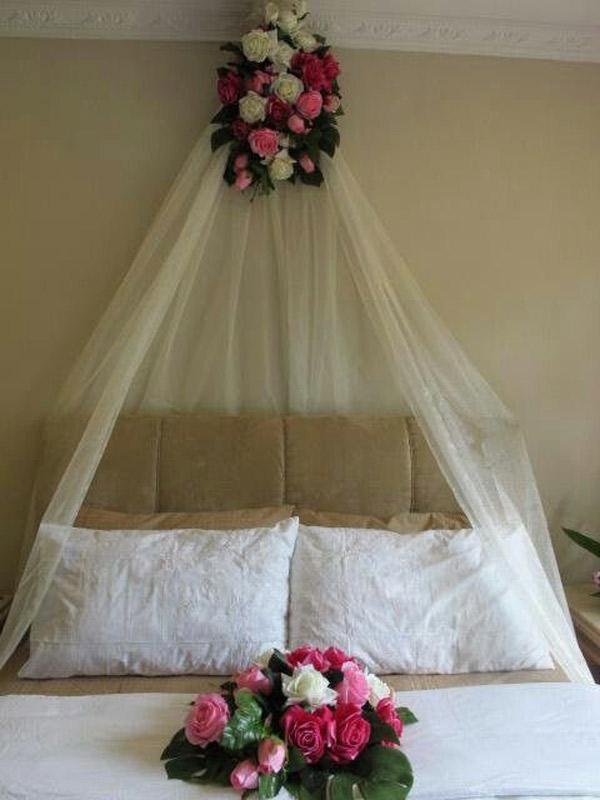 تزیین اتاق خواب عروس و داماد با تور و گل های طبیعی