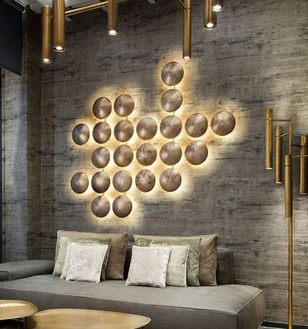 تزیین و طراحی دیوار اتاق پذیرایی با چراغ دیواری مدرن و کاغذ دیواری