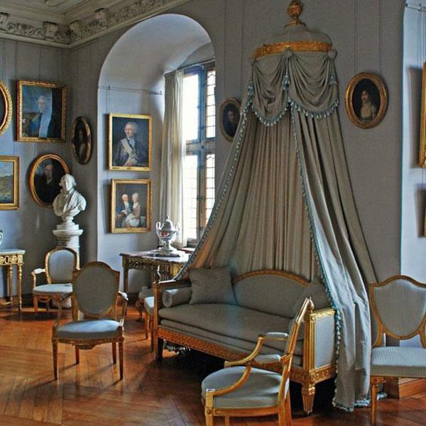 تزیین اتاق پذیرایی با پرده و قاب نقاشی پرتره