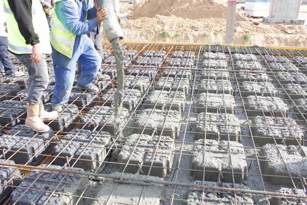 معایب سقف یوبوت، بتن ریزی سقف یوبوت، اگر فضای خالی میان بتن و بلوک بماند استحکام سقف کم میشود.
