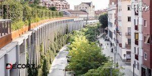 پارکی بالای خطوط راه آهن در بارسلونا